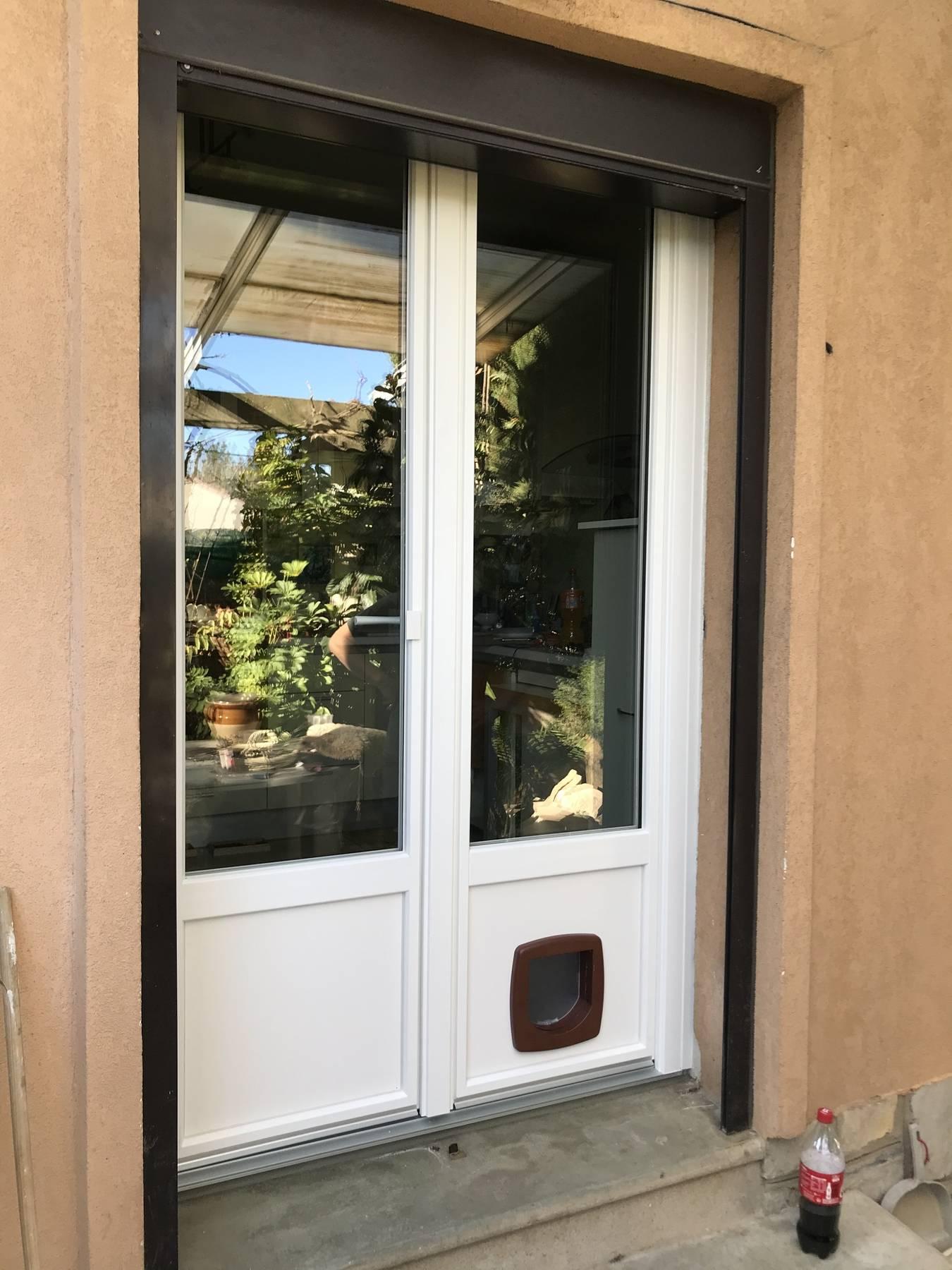 Renovation D Une Porte Fenetre Oscillo Battante En Pvc Avec Chatiere A Beaucaire Dans Le Gard En Region Occitanie 30 Gdm